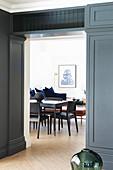 Durchgang mit grauer Kassettenverkleidung in den Wohnraum