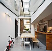 Esstisch in der offenen Küche im Anbau mit Glasdach