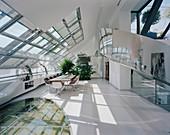 Offenes Esszimmer in einem futuristischen Architektenhaus