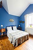 Französisches Schlafzimmer unter der Schräge mit blauen Wänden