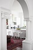 Blick durch Rundbogen in die Küche mit Theke