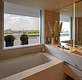Luxuriöses Bad mit Marmorverkleidung und Blick über London