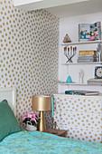 Wand und Kommode mit gepunkteter Tapete im Schlafzimmer