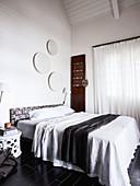 Doppelbett im Schlafzimmer mit weißem Dachkonstruktion aus Holz