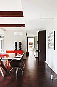 Elegantes Esszimmer mit Glastischund Desingerstühlen