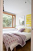 Blick ins kleine Schlafzimmer mit Postern über dem Bett