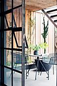Bistrotisch mit zwei Stühlen auf Terrasse