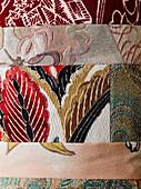 Detail eines Patchworkstoffs mit verschiedenen Mustern