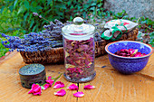 Potpurri aus Rosenblättern und Lavendelblüten im Glas