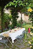 Gedeckter Gartentisch auf der überdachten Terrasse