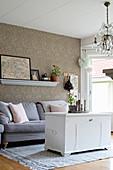 Alte Truhe als Couchtisch im nostalgischen Wohnzimmer