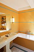Badezimmer mit Vintage Doppelwaschbecken, Badewanne und Mosaikfliesen