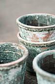 Nahaufnahme von rustikalen Tontöpfen mit grauer Patina