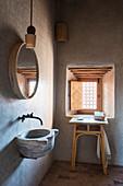 Rustikales Badezimmer mit Waschbecken aus altem Mörser