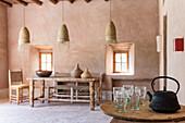 Teekanne und Gläser auf dem Tisch im marokkanischen Lehmhaus