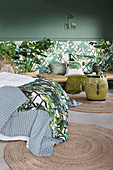 Schlafzimmer in Grün mit Blattmotiven