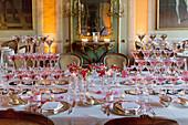 Festlich gedeckte Hochzeitstafel mit Turm aus Champagnergläsern
