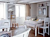 Kleiner mediterraner Wohnraum in Beige