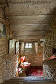 Treppenabgang in einem alten Haus mit Natursteinwänden