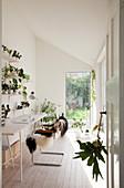 Schmales Arbeitszimmer in Weiß mit Schräge und vielen Pflanzen