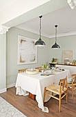 Gedeckter Tisch in Naturtönen mit zerknitterter Tischdecke