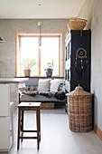 Gemütliche Sitzbank in der modernen Landhausküche