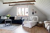 Gemütliches Wohnzimmer unter dem Dach mit Deckenverkleidung