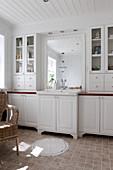 weiße Badmöbel im Landhausstil