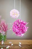 Blumenkugel aus Chrysanthemen und Erika
