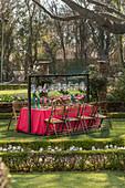 Für die Gartenparty gedeckter Tisch mit Gestell für Laternen
