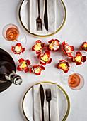 Lichterkette mit Blüten aus Eierkarton als Tischdeko