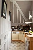 Unterschränke in schmaler Küche mit Dachschräge