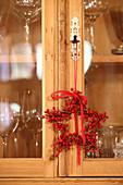 DIY-Stern mit roten Beeren dekoriert