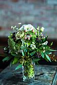 Festlicher Strauß aus Rosen, Beeren, Eucalyptus und Margeriten