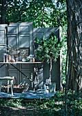 Paravent aus alten Türblättern mit Vintage-Deko im Wald