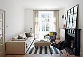Kleines Wohnzimmer in Schwarz-Weiß mit offenem Kamin