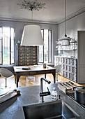 Blick von der Kücheninsel ins Esszimmer in Grau