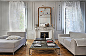 Gegenüberstehende Sofas und drei Couchtische im Wohnzimmer