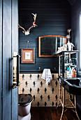 Blick ins Badezimmer mit dunkelblauer Holzverkleidung in ehemaliger Kirche