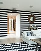 Schwarz-weiß gestreifte Wand im klassischen Wohnzimmer