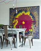 Großes buntes Bild mit fliessender Farbe hinter dem Esstisch
