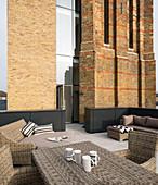 Loungemöbel auf einer großen Dachterrasse am alten Wasserturm