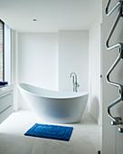 Modernes, minimalistisches Bad in Weiß mit freistehender Wanne