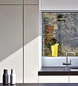 Linienspiel und Sonnenlicht in einer modernen, minimalistischen Küche