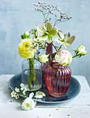 Verschiedene Blumen in Vasen (Ranunkel, Christrose)