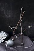 Stern aus Zweigen und Christbaumkugel