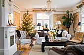 Gemütliche Weihnachtsdeko im klassischen Wohnzimmer