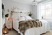 Doppelbett mit Weihnachtsdeko in hellem Schlafzimmer