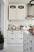 Helle Einbauküche mit Mittelblock und Weihnachtsdekoration