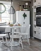 Windsorstühle am Esstisch in der Wohnküche in Grau-Weiß